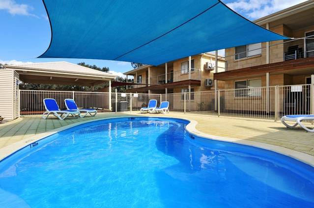 Lakeside Holiday Apartments - eAccommodation